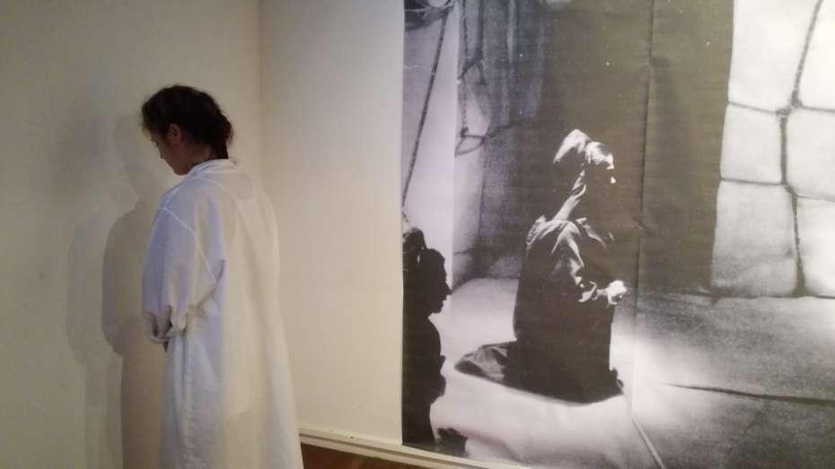 Uxia Algarra | Acción escénica en la exposición Bernarda Alba 45 años despues